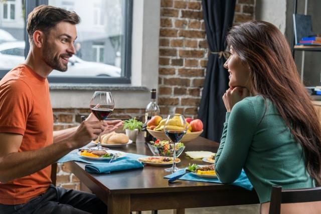 Ena連載コラム ご飯デート中のカップル