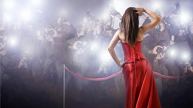 カリスマ性を発揮する女性の後ろ姿