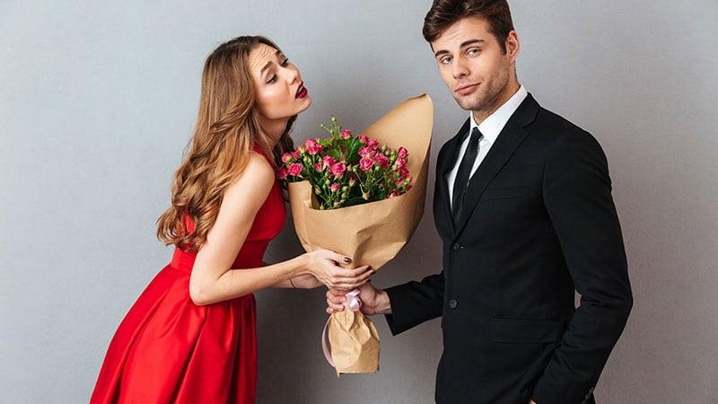 意中の男性から花束をもらう女性