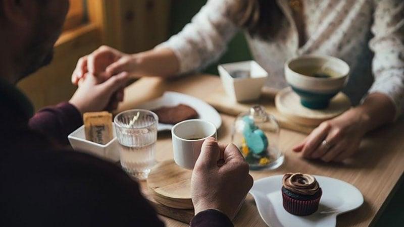休日にカフェで見つめ合う男女