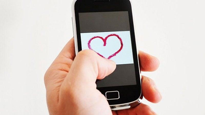 愛のメッセージを送る男性