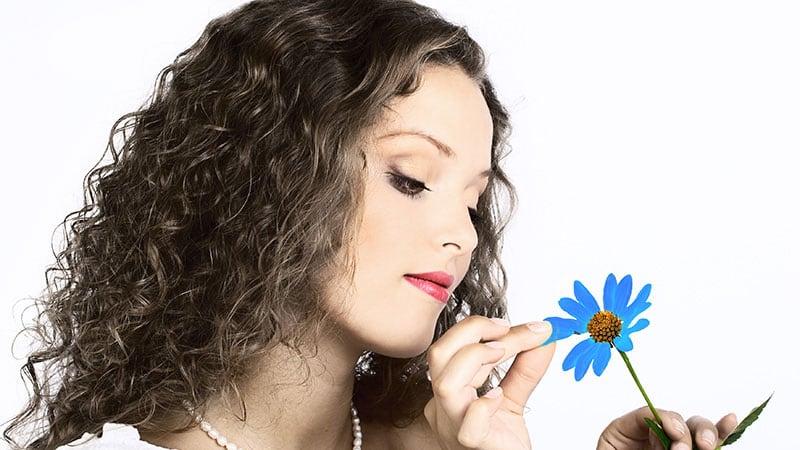 花占いで恋の行方を占う女性