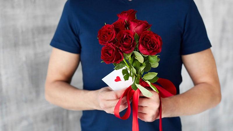 花束とラブレターを持った男性