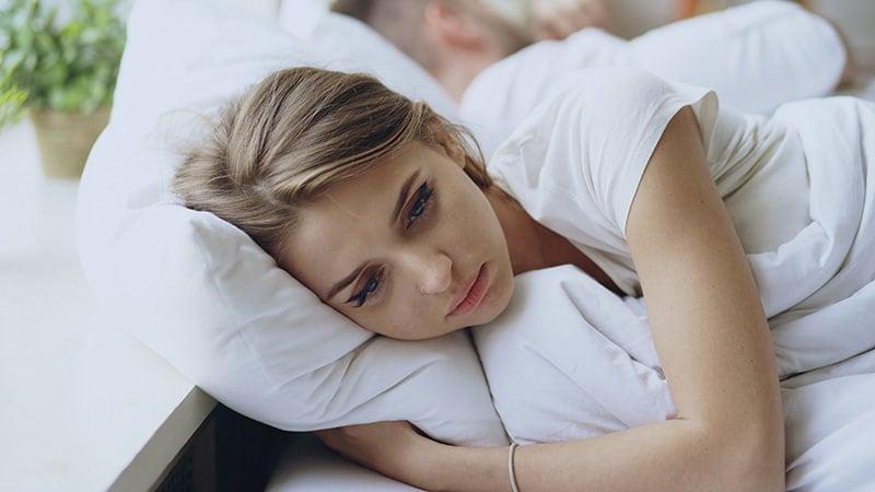 疲れて休んでいる女性