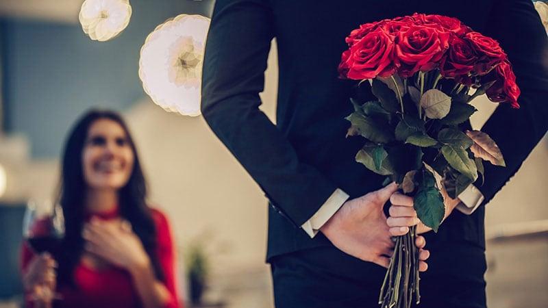 薔薇の花束を持ってきた男性