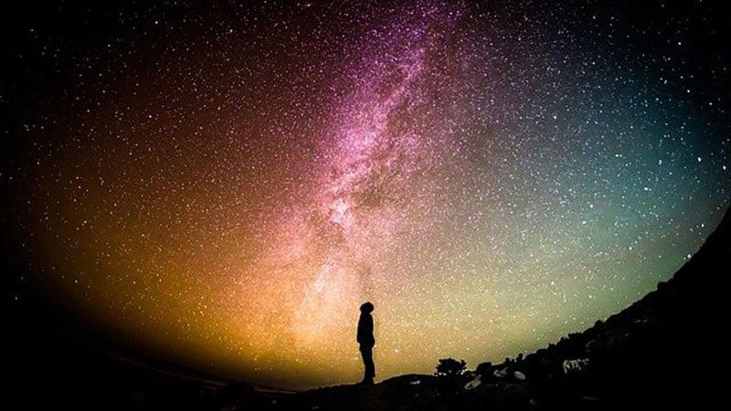 神秘的な空を見上げる人間