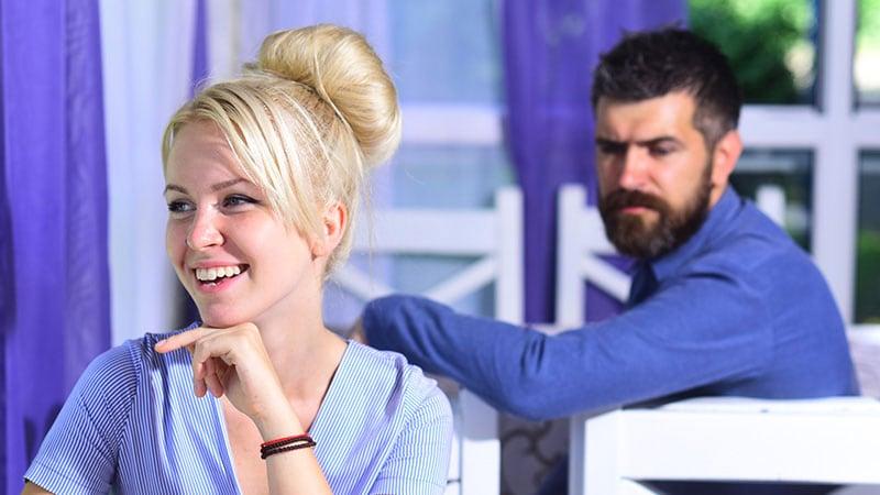 嫉妬する男性と視線を受ける女性