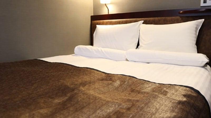 夜のベッドサイド