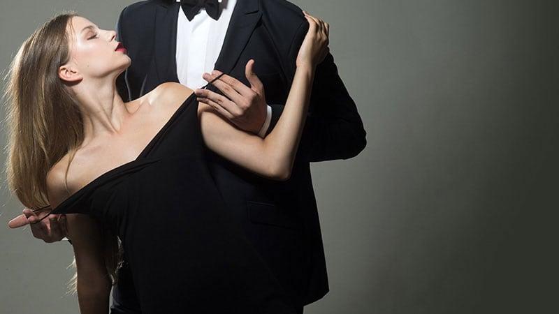 キスする男女のカップル