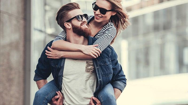 抱き合う男女のカップル