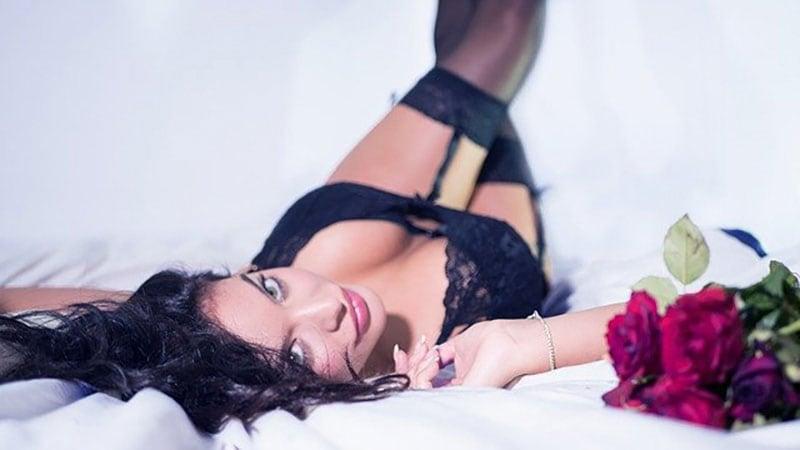 ベッドに寝転ぶセクシーな女性