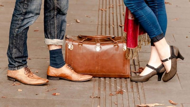 街中で出会った男女の足元