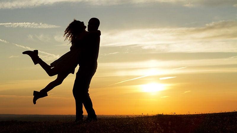 デート中に肩を寄せ合うカップル