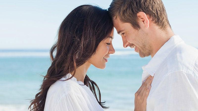 肩を寄せ合う男女のカップル