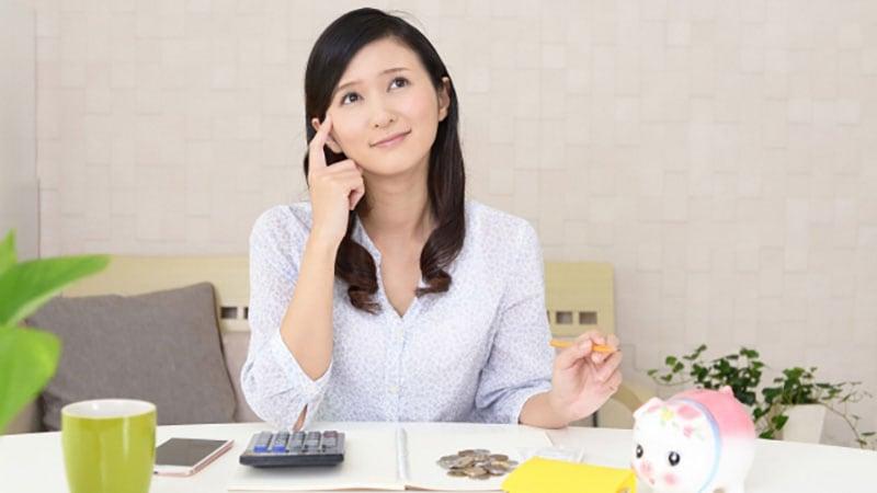 お財布を出してお金を計算する女性