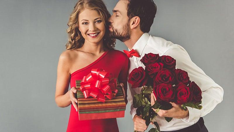 好きな人に花束を贈る男性