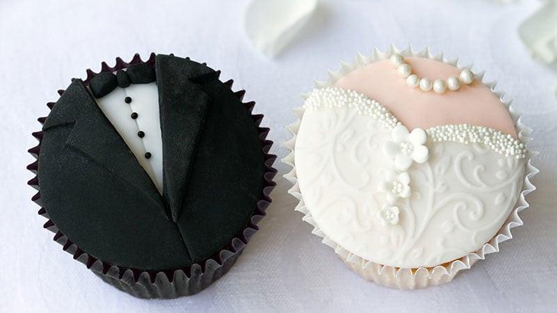 花婿と花嫁を象ったお菓子