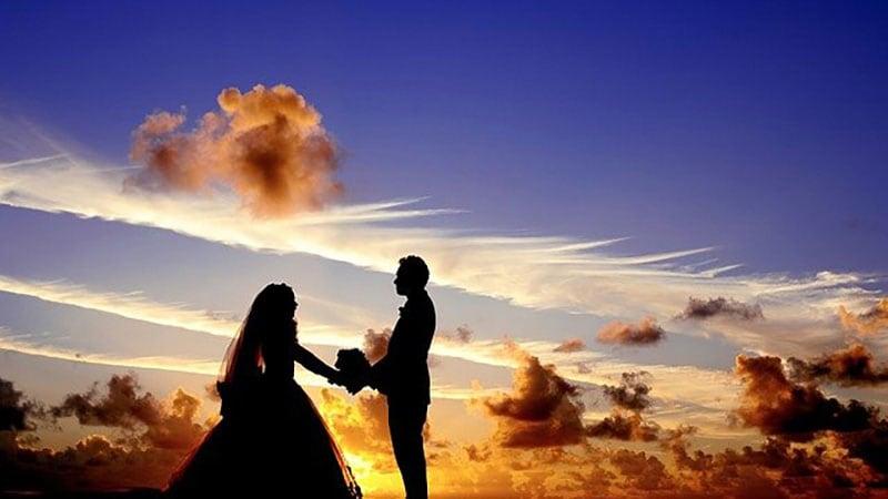花婿と花嫁のシルエット