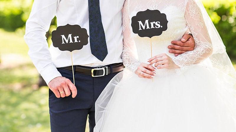 腕を組んで歩く花嫁と花婿