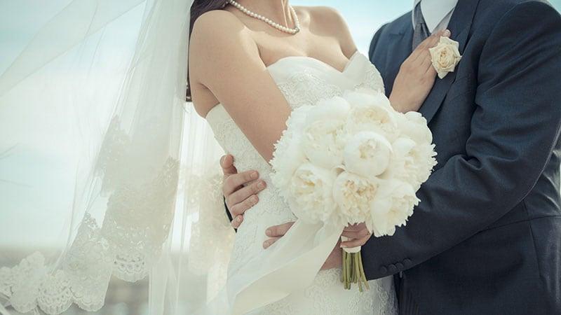 幸せそうに見つめ合う花嫁と花婿