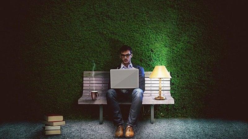 夜遅くまでパソコンで仕事をしている男性