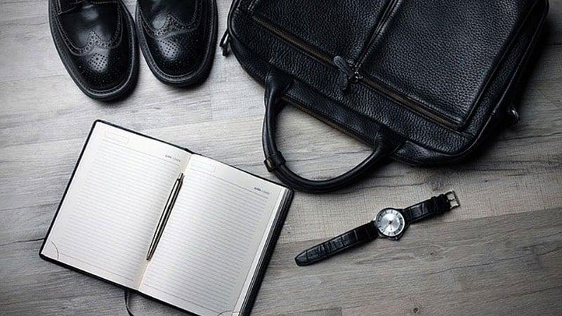 ビジネスバッグと仕事用具