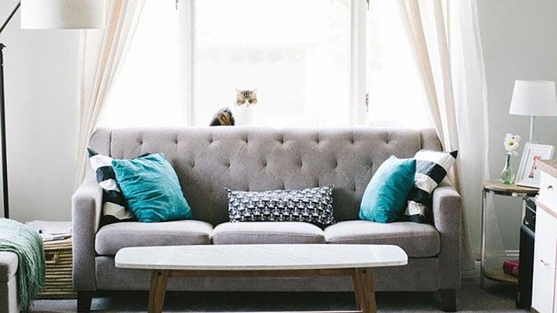 自宅のリビングに置かれたソファー
