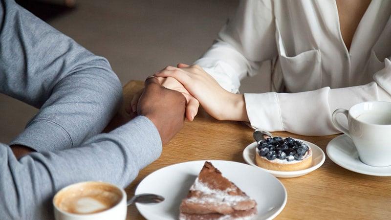 意中の女性の手を握る男性