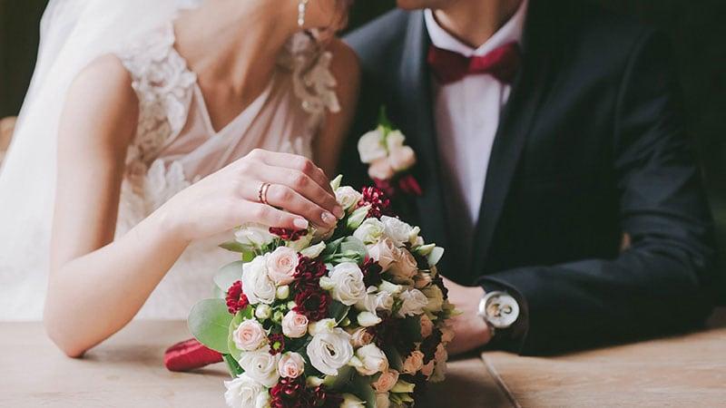 座っている花嫁と花婿