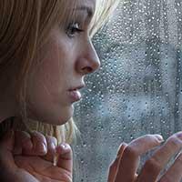 別れた恋人のことを思い出して悲しむ女性