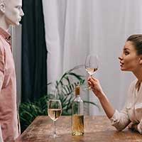 自宅で片想いの男性のことを考える女性