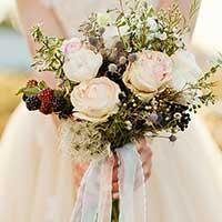 ウェディングドレス姿で花束を持つ女性