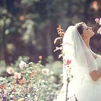 ウェディングドレス姿で相手を待つ女性