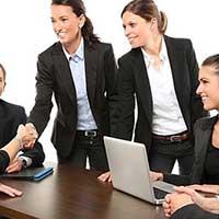 仕事で商談を成功させる会社員