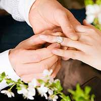 不倫相手から婚約指輪をもらう女性